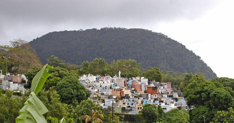 1024px-Guadeloupe_(Le_cimetière_de_Gourbeyre)